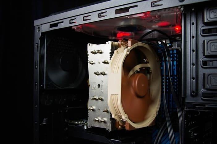 Tour d'Ordinateur ouverte avec composants informatiques